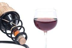 Красная бутылка вина гранатового дерева, соломы вина и держатель бутылки вина утюга Стоковое Фото