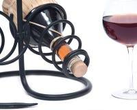 Красная бутылка вина гранатового дерева, соломы вина и держатель бутылки вина утюга Стоковое Изображение