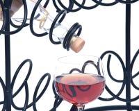 Красная бутылка вина гранатового дерева, соломы вина и держатель бутылки вина утюга Стоковые Фотографии RF