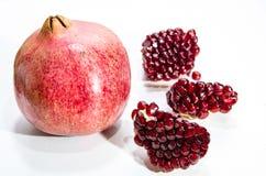 Красная вениса, зерна гранатового дерева на белой предпосылке Стоковые Фото