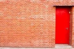 красная дверь в кирпичной стене Стоковое Изображение RF