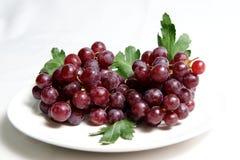Красная виноградина на плите Стоковые Изображения RF