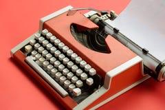 Красная винтажная машинка с белым листом чистого листа бумаги Стоковое Фото