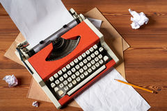 Красная винтажная машинка с белым листом чистого листа бумаги Стоковые Изображения RF