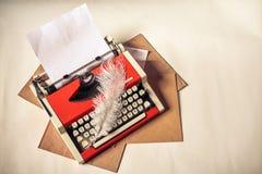 Красная винтажная машинка с белым листом чистого листа бумаги Стоковая Фотография RF