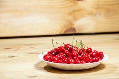Красная вишня в плите Стоковые Изображения RF