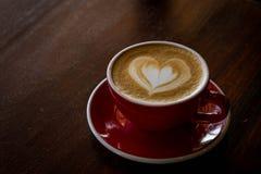 Красная влюбленность кофе чашки, темнота кофе в деревянной темной таблице Стоковое Изображение