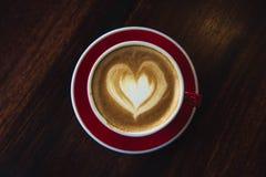 Красная влюбленность кофе чашки, темнота кофе в деревянной темной таблице Стоковая Фотография
