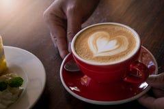 Красная влюбленность кофе чашки, темнота кофе в деревянной темной таблице Стоковое Фото