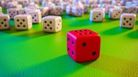 Красная выигрывая кость над зеленой поверхностью Стоковые Изображения