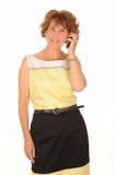 Красная головная женщина на мобильном телефоне стоковые изображения
