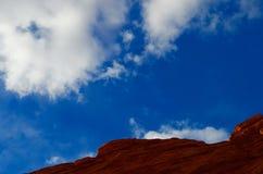 Красная горная порода, голубое небо, белые облака, красная страна утеса, Аризона стоковое изображение rf