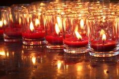 Красная горящая свечка в виске Стоковое Изображение