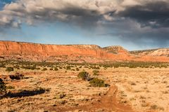 Красная грязная улица в ландшафте пустыни Стоковая Фотография RF
