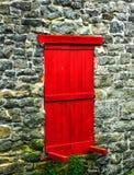 Красная дверь к нигде: Каменная стена стоковые изображения