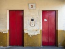 Красная дверь старого лифта Стоковые Фотографии RF