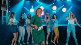 Красная девушка волос Ночной клуб танцев Веселые друзья компании Диско в голубых тонах, современная жизнь молодости сток-видео