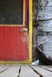 Красная деревенская дверь загородного дома с экранированным окном стоковая фотография rf