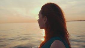 Красная девушка волос в ветриле платья бирюзы на моторной лодке красивейший заход солнца романтично акции видеоматериалы