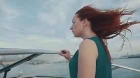 Красная девушка волос в платье на моторной лодке Красивый вечер лета ветер романтично акции видеоматериалы