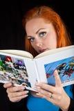 Красная девушка волос в чтении стиля штыря-вверх Стоковые Фото