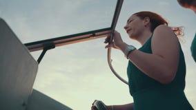 Красная девушка волос в шлюпке двигателя платья бирюзы с человеком вечер романтично видеоматериал