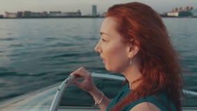 Красная девушка волос в шлюпке двигателя платья бирюзы 100f 2 8 28 velvia лета nikon s fujichrome пленки f вечера камеры 301 ai р видеоматериал