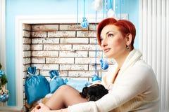 Красная девушка волос с собакой около печной трубы Стоковые Фото