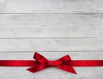 Красная лента на деревянной предпосылке Стоковое Изображение RF