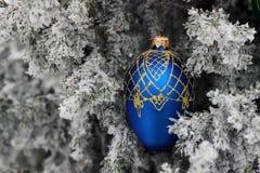 Красная лента на рождественской елке с снегом стоковое изображение
