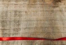 Красная лента для обруча подарка на деревянной предпосылке Стоковое Изображение RF