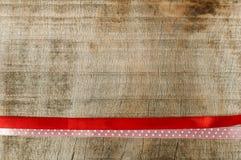 Красная лента для обруча подарка на деревянной предпосылке Стоковое фото RF