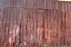 Красная деревянная дверь амбара Стоковые Изображения