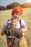 Красная женщина волос с белым сычом на ее руке стоковое фото rf