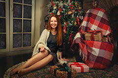 Красная женщина волос представляя в студии с украшением рождества Стоковое Изображение