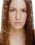 Красная женщина волос с падениями на ее стороне Стоковое Изображение RF