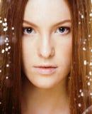 Красная женщина волос с падениями на ее стороне Стоковая Фотография