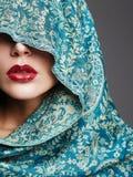 Красная женщина губ под клобуком Стоковое Изображение