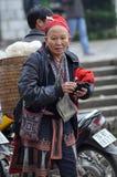 Красная женщина Dao с красным тюрбаном PA Sa, северный Вьетнам Стоковая Фотография