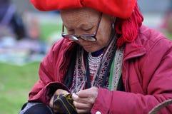 Красная женщина Dao с красным тюрбаном PA Sa, северный Вьетнам Стоковые Изображения RF