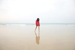 Красная женщина jersey на пляже Стоковые Фото