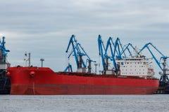 Красная загрузка грузового корабля в порте Стоковые Фотографии RF