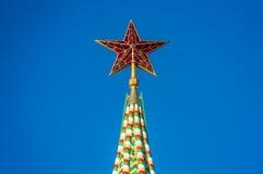 Красная звезда на верхней части башни Кремля на красной площади в Москве Стоковые Изображения RF
