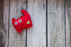 Красная игрушка кота сделанная из войлока с зеленым сердцем Стоковое Изображение RF