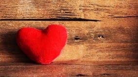 Красная игрушка сердца на деревянной предпосылке Стоковые Изображения