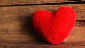 Красная игрушка сердца на деревянной предпосылке Стоковое Фото
