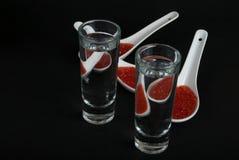 Красная икра в белых керамических ложках Стоковые Фото