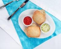 Красная икра с плюшками сезама и масло чеснока sauce Стоковая Фотография RF