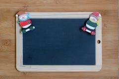 Красная и белая лента на светлой деревянной предпосылке с украшением венка рождества Стоковое Фото