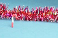 Красная и белая тросточка конфеты с красной сусалью Стоковая Фотография RF